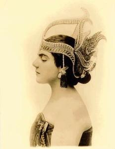 Èva Gauthier, à Java (1910-1914). On la voit ici porter une coiffe pour la danse javanaise.